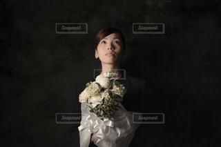 黒のドレスを着ている人の写真・画像素材[999553]