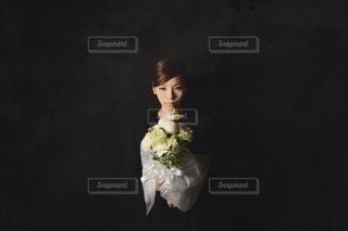 葬祭に花束を持つ女性の写真・画像素材[999557]