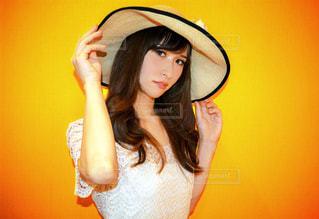 帽子をかぶっている女性の写真・画像素材[1005919]