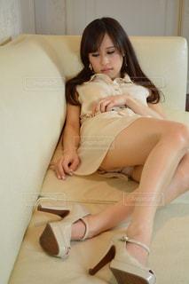 白いワンピースで座る女性の写真・画像素材[2060994]