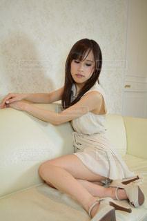 ソファーに座る女性の写真・画像素材[2061013]
