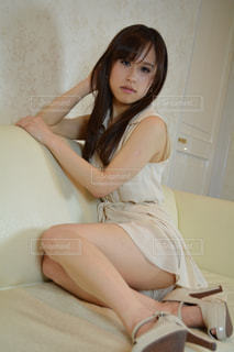 ソファーに座る女性の写真・画像素材[2061014]