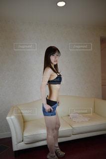 着替え途中の女性の写真・画像素材[2061373]