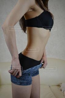 着替える女性の写真・画像素材[2061387]