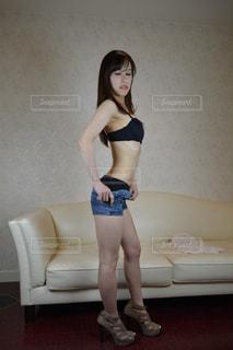 着替える女性の写真・画像素材[2061393]
