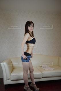 着替える女性の写真・画像素材[2061394]