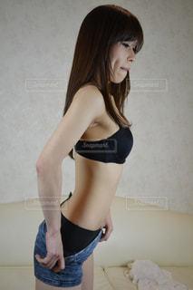 服を脱ぐ女性の写真・画像素材[2061413]