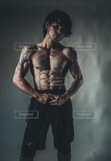 筋肉と男性、カメラに向かってポージングの写真・画像素材[2073121]