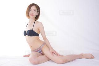 水着で座る女性の写真・画像素材[2083037]