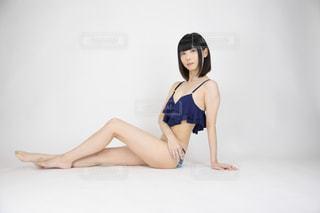 ベッドの上に横たわっている女性がカメラのためにポーズをするの写真・画像素材[2091873]