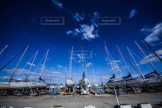 ヨットハーバーの舟たちの写真・画像素材[2147716]