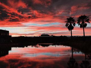 水に沈む夕日の写真・画像素材[2170447]