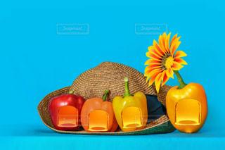 夏野菜と麦わら帽子の写真・画像素材[2282603]