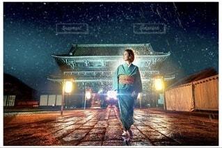 暗闇を歩く女性の写真・画像素材[3902839]