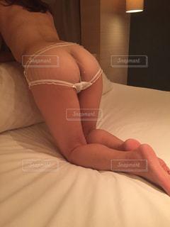 ベッドの上で横になっている女性の写真・画像素材[1000106]