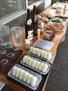 テーブルの上に食べ物のトレイ - No.1001305
