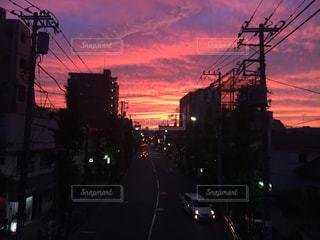 夕暮れ都市に掛かるトラフィック ライトの写真・画像素材[1001330]