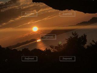 海に浮かぶ太陽の写真・画像素材[1001249]