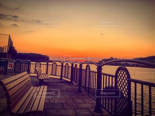 夕焼けに染まるベンチの写真・画像素材[1001391]