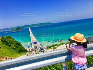 角島大橋を眺める少女 - No.1002169