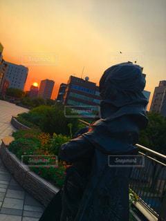 キャプテンハーロックの銅像と夕日の写真・画像素材[1361151]