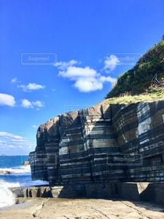 近くに岩山のアップの写真・画像素材[1556433]