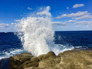海の横にある水の体の写真・画像素材[1556436]