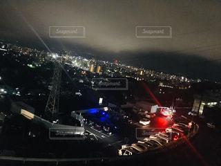 夜にドッキングした飛行機の写真・画像素材[2093034]