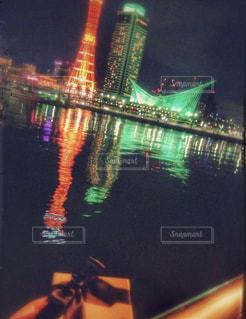 夜のライトアップされた街 - No.1001951