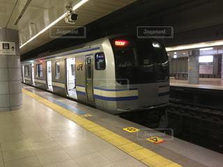 アトラクションのような地下駅の電車の写真・画像素材[1018402]
