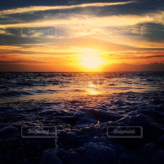 水の体に沈む夕日の写真・画像素材[1021736]