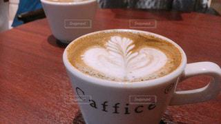 テーブルの上のコーヒー カップ - No.1022665