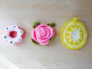 毛糸で作った花、ドーナツ、レモンの写真・画像素材[1004075]