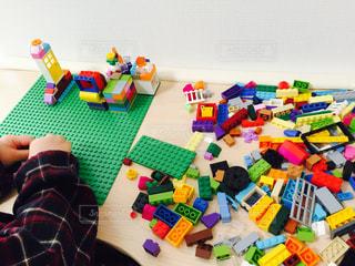 カラフルなブロックで遊ぶ子ども - No.1010191