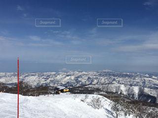 雪に覆われた斜面をスキーに乗る男の写真・画像素材[1006252]