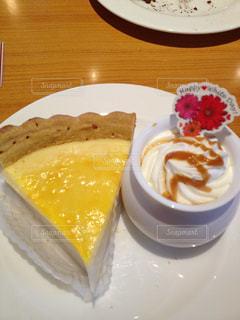 ケーキとコーヒーのカップのプリンの写真・画像素材[1003630]