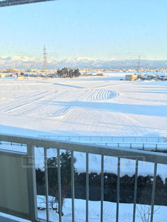 雪景色が影に覆われていく富山の夕暮れの写真・画像素材[1002676]