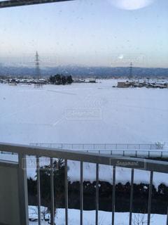 雪景色が影に覆われていく富山の夕暮れの写真・画像素材[1002677]