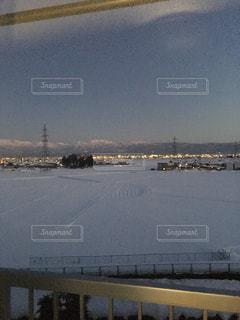 雪景色が影に覆われていく富山の夕暮れの写真・画像素材[1002678]