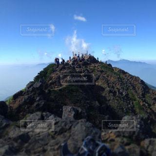 赤岳頂上と岩の上の人々の写真・画像素材[1003068]