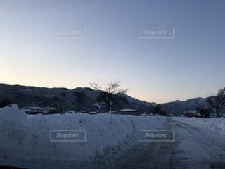 冬の朝日が昇る前の写真・画像素材[1007922]