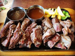 テーブルの上に食べ物のプレートの写真・画像素材[1003740]