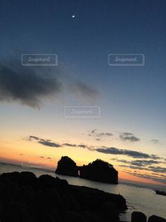 水の体に沈む夕日の写真・画像素材[1005078]