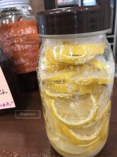 テーブルの上のビールのグラスの写真・画像素材[1004174]