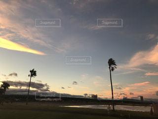 夕焼け空に浮かぶ雲のグループ - No.1004189