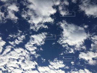 空には雲のグループの写真・画像素材[1004289]