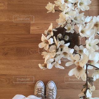 木製床と花の写真・画像素材[1005403]