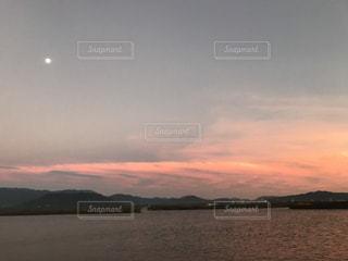 夕暮れと月の写真・画像素材[1004849]