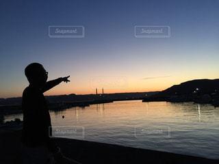 夕焼けと人影の写真・画像素材[1006152]