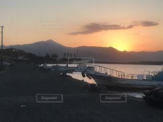 船と朝日の写真・画像素材[1007710]